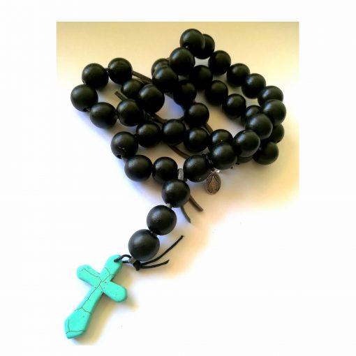 chapelet perles noires croix turquoise